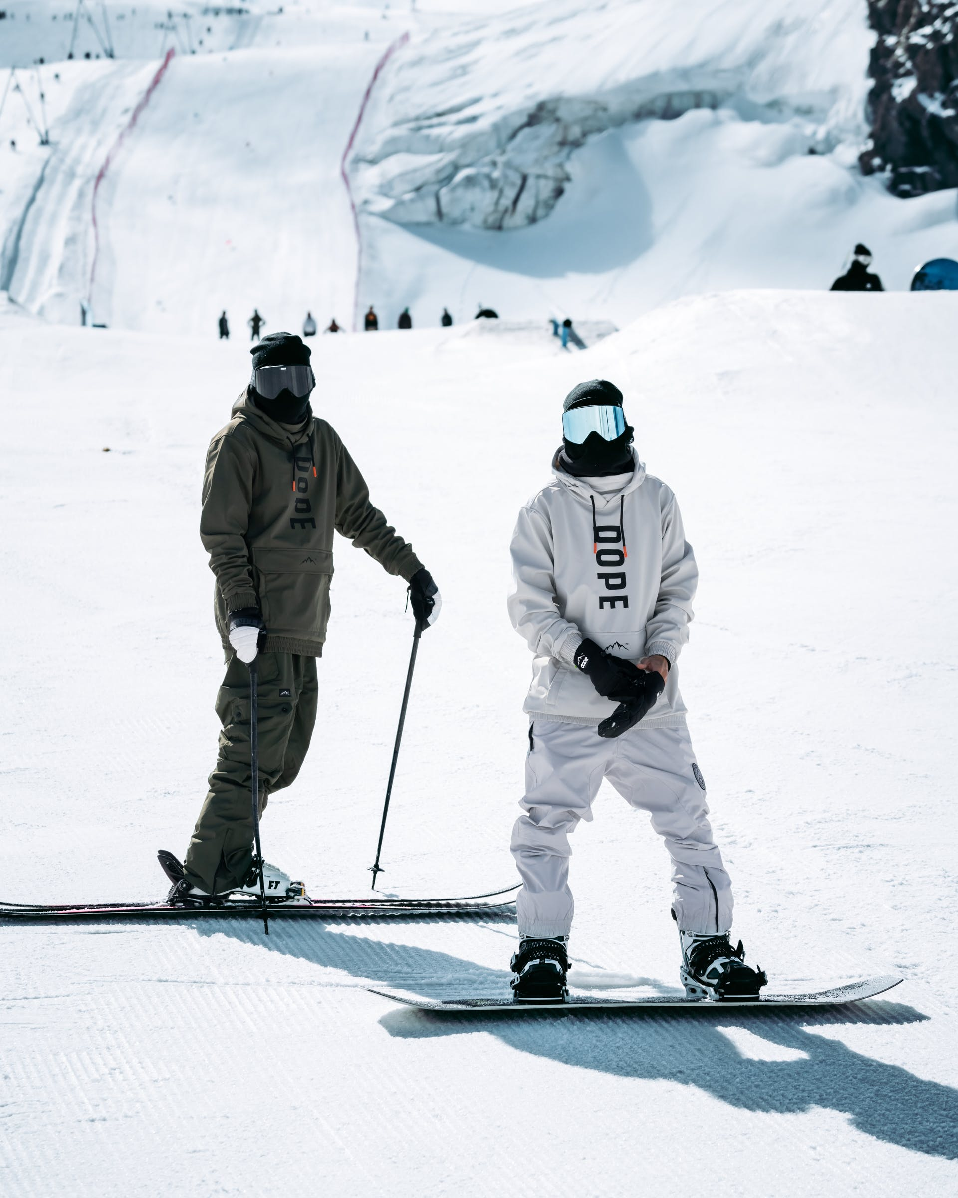 Difference between snowboard clothing and ski clothing styles